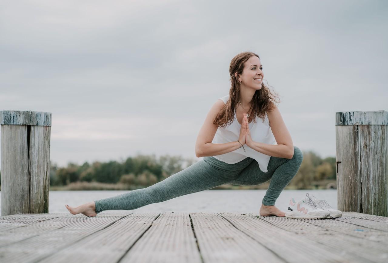 Yogahouding-Skandasana-Zijwaartse-squat